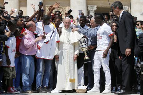 Papa Francesco che chiede aiuto all'Europa